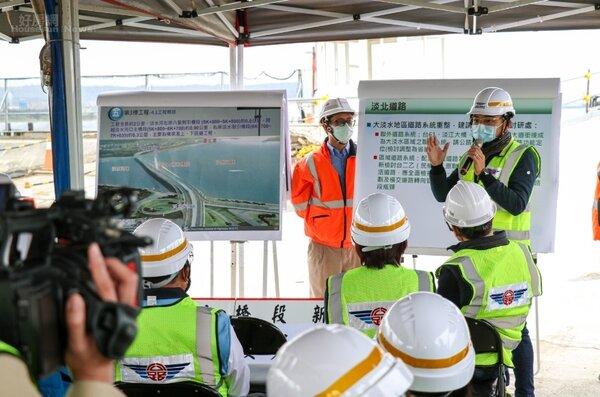 立法委員洪孟楷4月6日邀集交通部公路總局和新北市府,一起會勘淡江大橋工程進度。照片洪孟楷提供