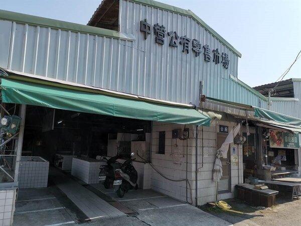 對抗新冠肺炎疫情,台南下營區的中營公有零售市場推宅配服務救生意。(劉秀芬攝)