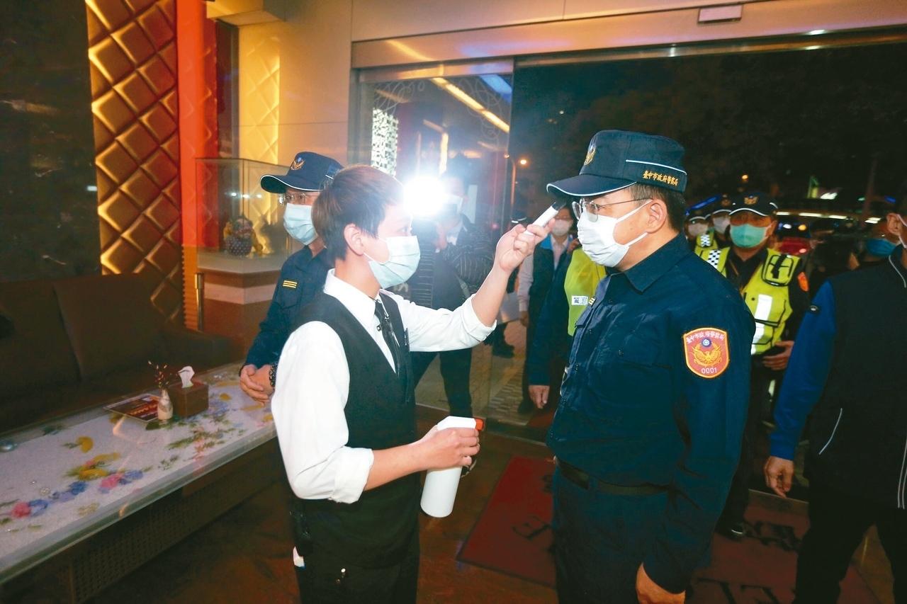 台中市警方昨晚前往KTV稽查,店家要求量體溫才能進入。 記者黃仲裕/攝影