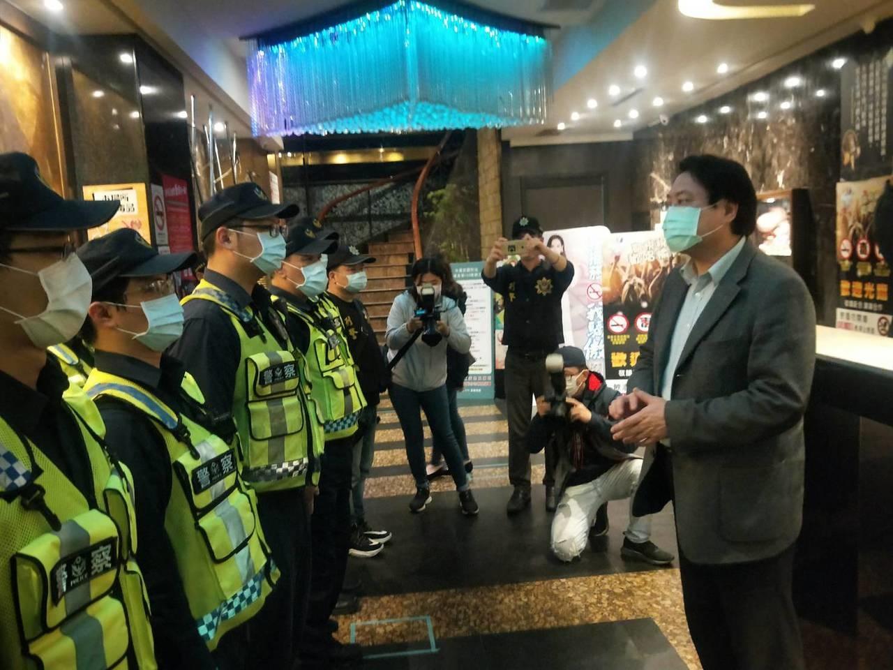 基隆KTV臨檢警察比客人多,林右昌:唱歌時戴上口罩。記者游明煌/攝影