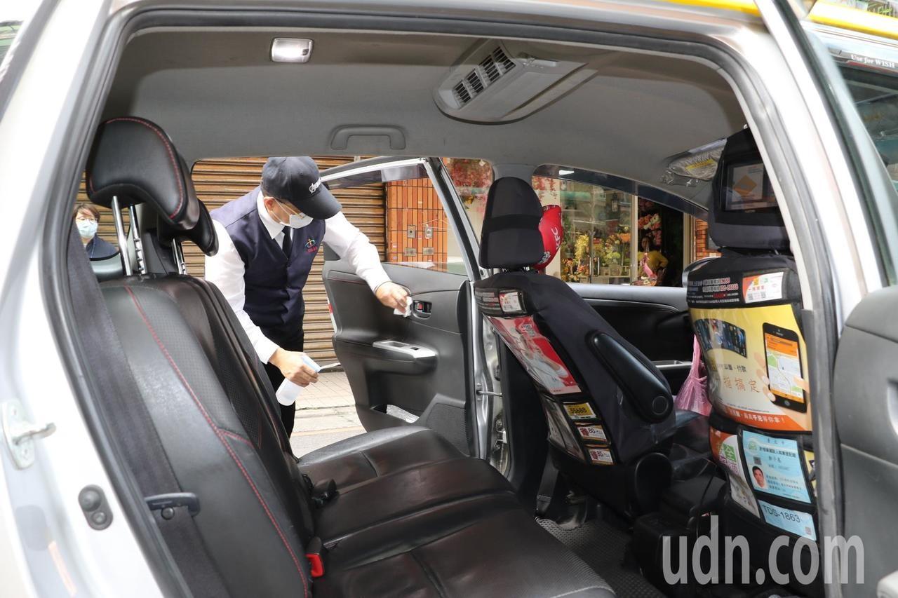 新北市防疫好孕專車駕駛加強車內消毒,讓孕婦安全搭乘。記者施鴻基/攝影