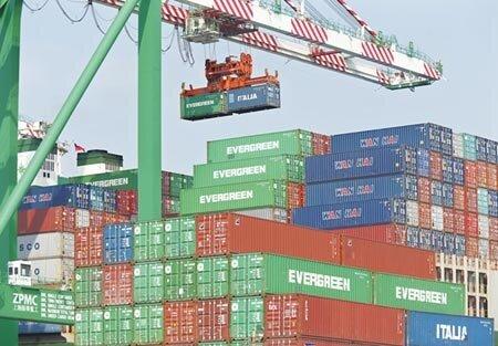 圖為高雄港貨櫃吊掛作業情景。圖/本報資料照片