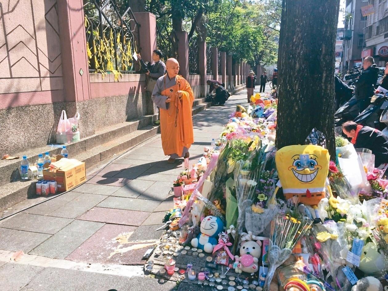 小燈泡命案發生後,當時許多民眾在現場擺放鮮花為她祈福。圖/聯合報系資料照片