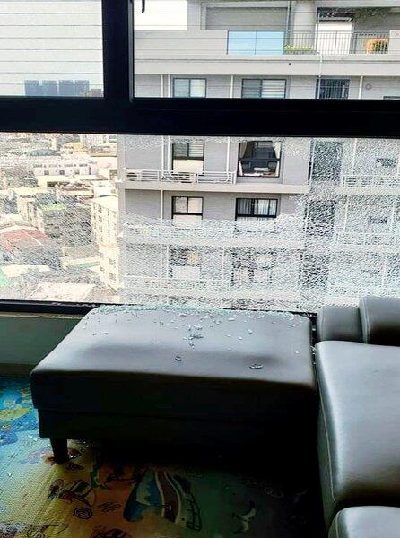 一名網友在網路上抱怨,才新買1年半的房子,窗戶大片玻璃竟然自己破掉,部分玻璃碎片灑到椅子、地上。圖/截自臉書社團《爆怨公社》