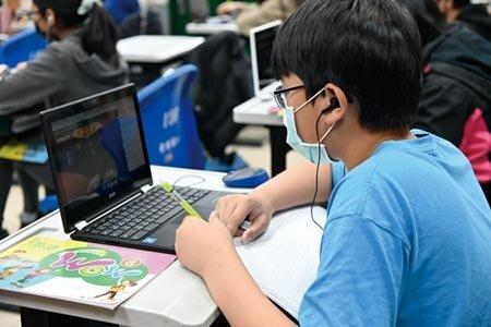 在家上班、遠距教學帶動平板電腦和筆電需求。圖/本報資料照片