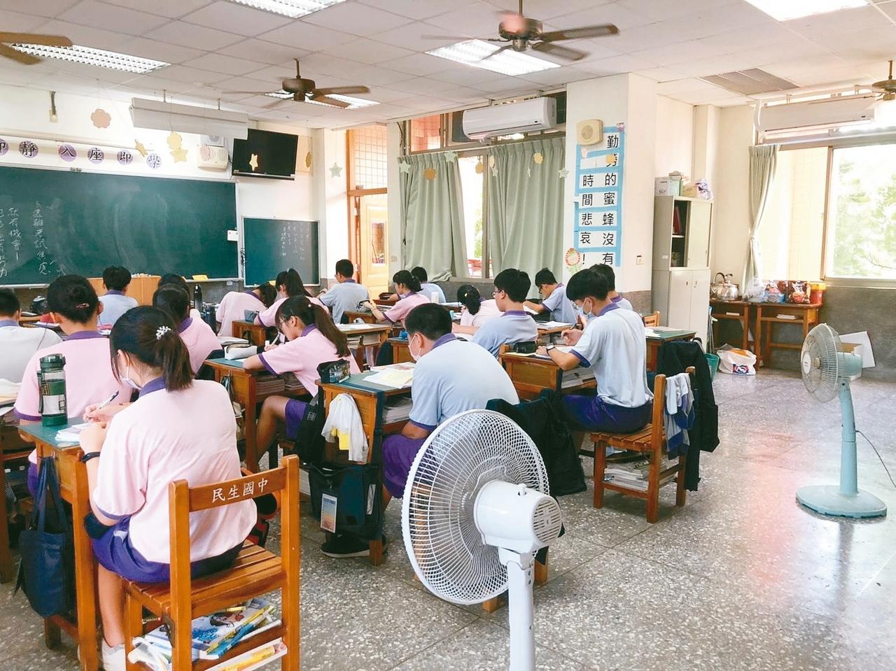 天氣熱到受不了,嘉義市民生國中每間教室都再追加兩支立扇,希望學生能安心學習。 記者李承穎/攝影
