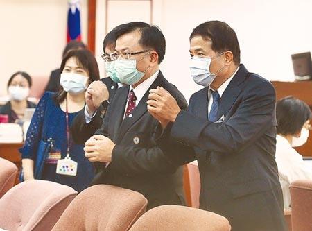 立法院13日聯席審查NCC委員被提名人資格,主委被提名人陳耀祥(中)、副主委被提名人翁柏宗(右)在開會前拱手向立委致意。(姚志平攝)