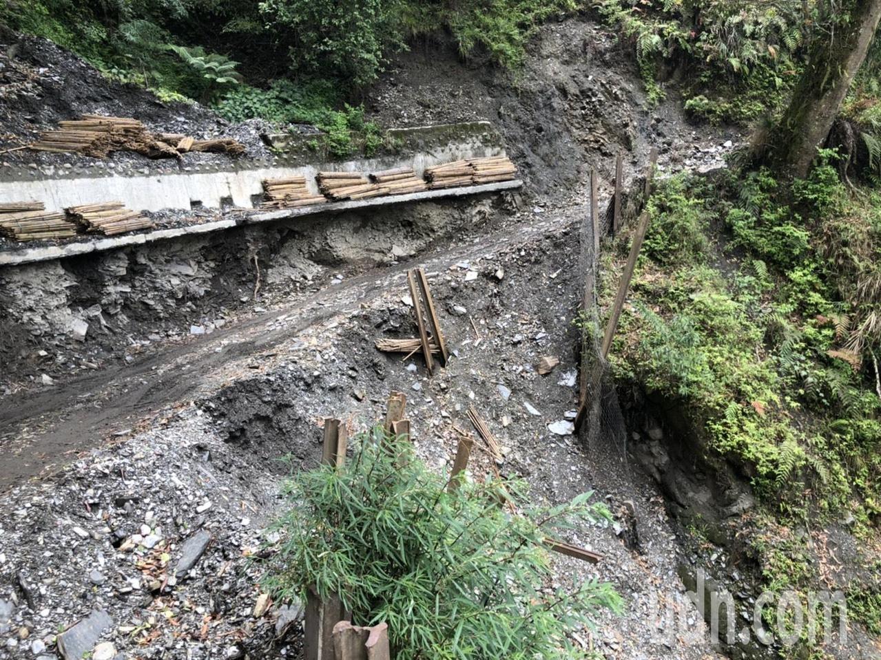 丹大林道沿途路基流失、山壁崩塌,布農族人得冒險才能回到祖居地淨山。記者江良誠/攝影
