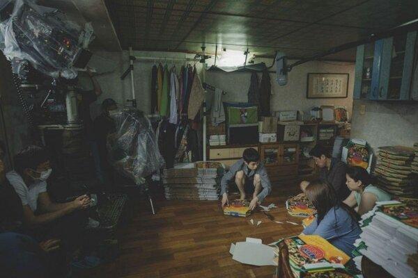 南韓電影《寄生上流》呈現貧窮人家在地下室生存的甘苦,然而地下室這樣的空間是否納入房屋稅也引起討論。圖/取自Parasite臉書粉專