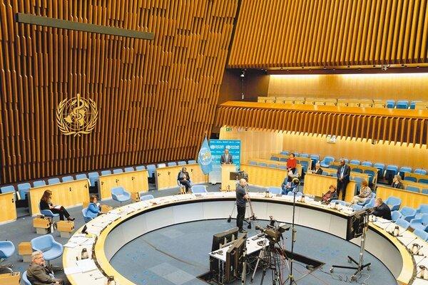 當地時間18日,在瑞士日內瓦世界衛生組織總部,世衛祕書長譚德塞在第73屆世界衛生大會視頻會議上發表講話,呼籲全球團結抗疫。(世衛組織提供)