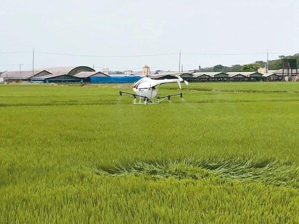 台南市政府運用無人機在噴灑農藥、查緝非法棄置場等,以科技強化市政管理。圖/台南市府研考會提供