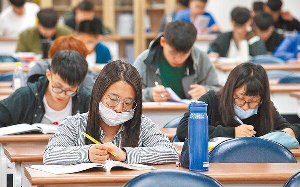 受到新冠肺炎疫情影響,今年大學指考延後到7月3日至5日舉行。圖為同學們進行考前衝刺。圖/中時資料照