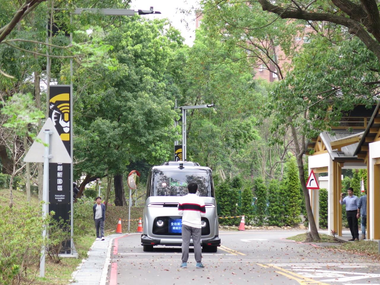 中華電信子公司勤崴國際公司歷經半年在桃園虎頭山創新園區進行自駕車模擬「駕訓」,遇到前方有人會自動停車。記者張裕珍/攝影