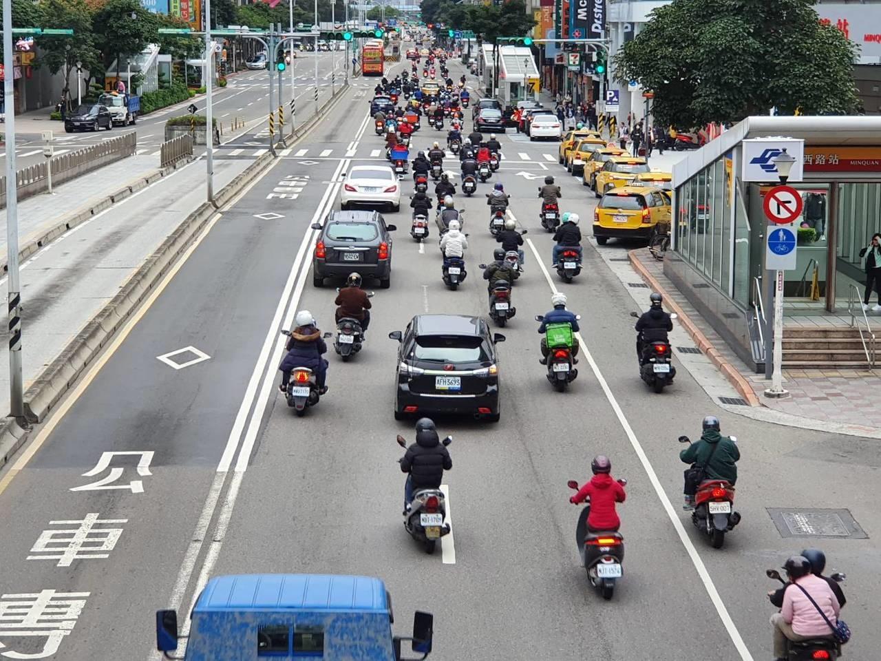 北市道路路型複雜,如何兼顧機車路權和安全,市府陷兩難,圖為民權西路二段 。記者楊正海/攝影