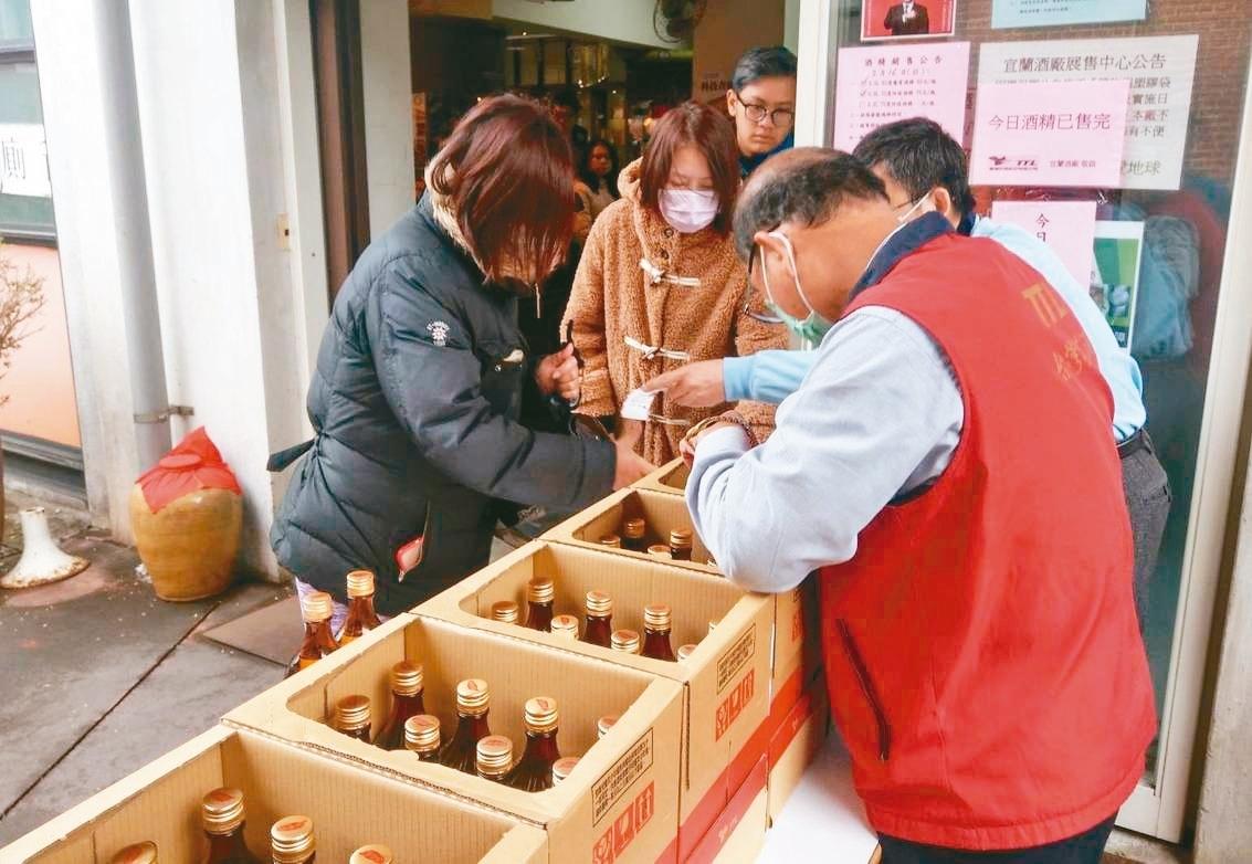 具有110年歷史的宜蘭酒廠原本以生產紅露酒為主,為了配合防疫,首度把紅露酒生產線改為製造酒精。 記者戴永華/攝影