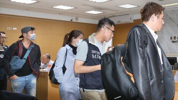 瑞傑國際地產公司涉嫌非法吸金4億多元,台北地檢署今偵結起訴。本名陳伯偉藝名「成潤」的本土劇演員(左戴帽者)與其他幹部去年10月被帶回北檢偵訊。 聯合報系資料照片