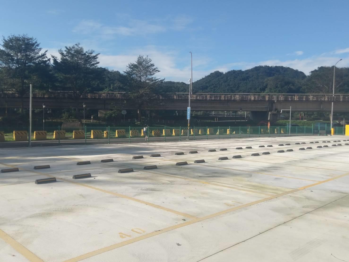 汐止區建成路178巷底的汐止星光橋南側平面停車場,將於3月1日起收費營運。圖/新北市交通局提供