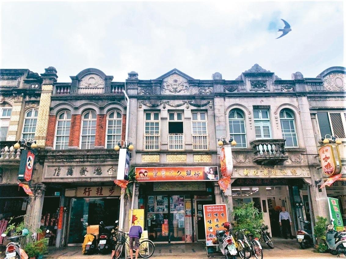 台南新化老街今年滿百年,每棟建築立面泥塑裝飾是一大特色,年久失修發生掉落險砸人事件,引起住戶憂心。 記者吳淑玲/攝影