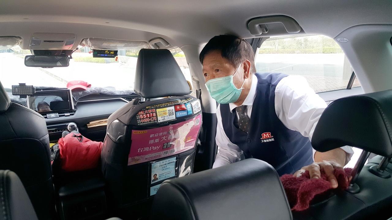 高鐵苗栗站的計程車、快捷公車加強防疫。記者胡蓬生/攝影