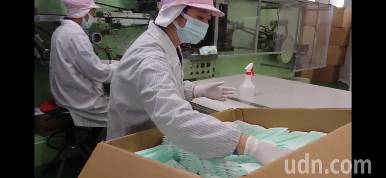 60條口罩新產線預定下月投入生產,圖為廠商趕工出貨。 圖/聯合報系資料照片