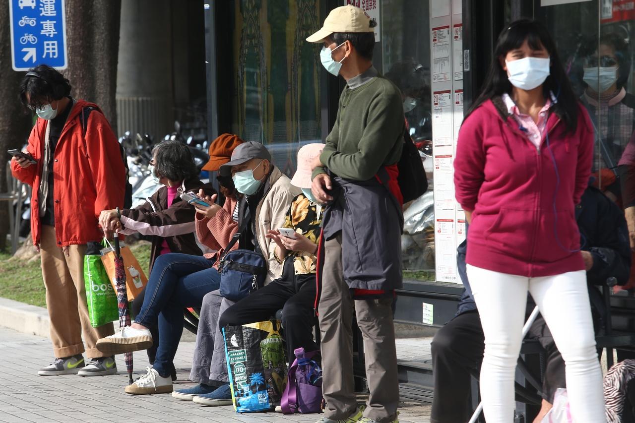新冠肺炎肆虐全球,民眾外出都戴上口罩;圖與新聞事件無關。圖/聯合報系資料照