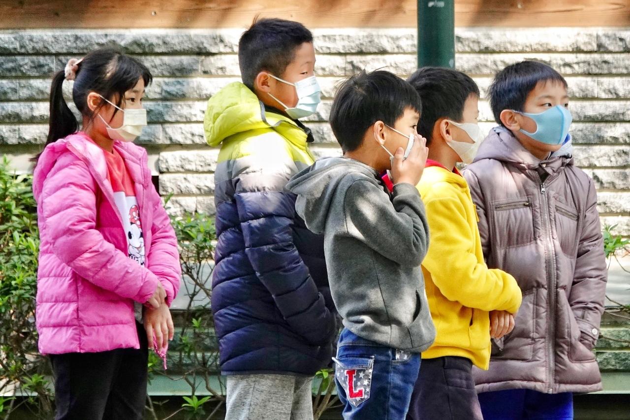 衛福部健保署今天晚間宣布,從明天起,兒童口罩的購買放寬至13歲。報系資料照/記者林伯東攝影