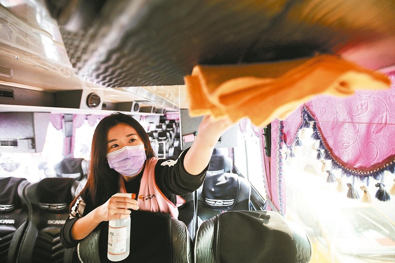 國內旅遊市場受到新冠肺炎衝擊,國旅協會演練消毒標準SOP動作,讓旅客安心出遊。 記者許正宏/攝影