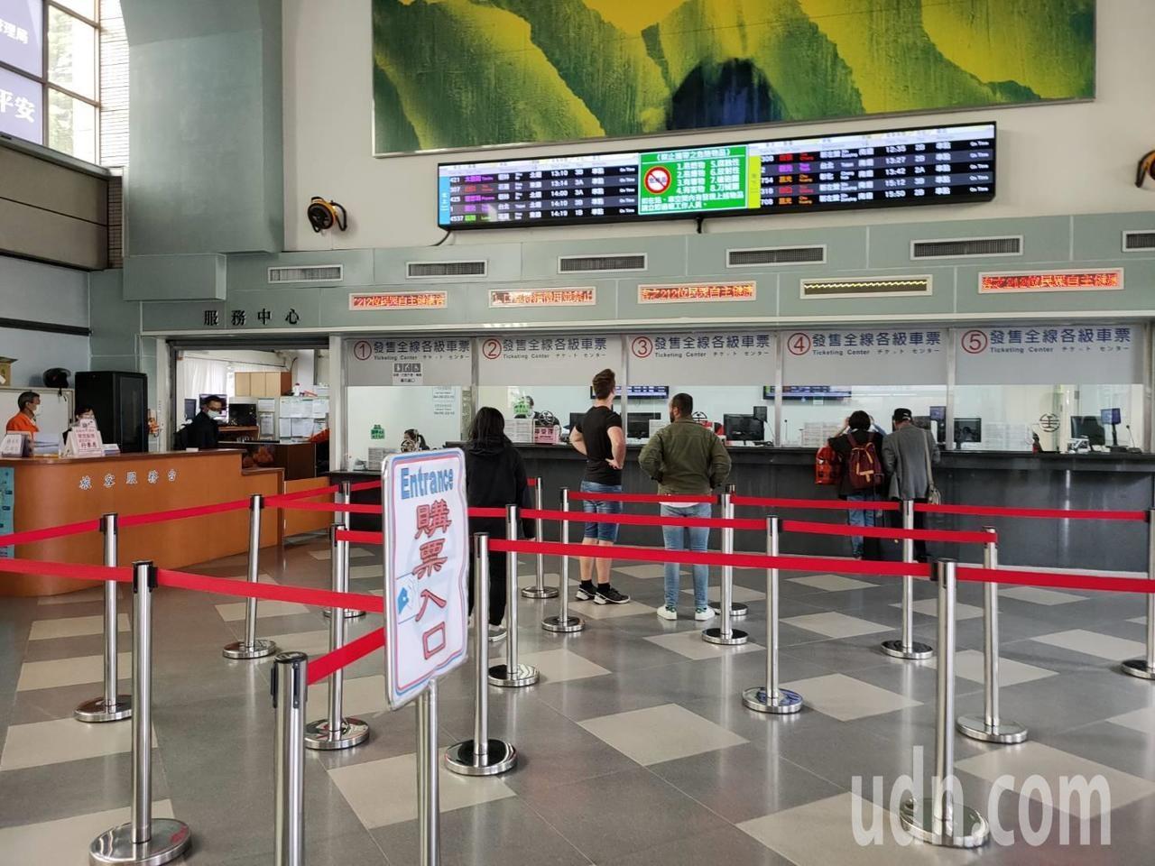 受疫情影響,民眾搭火車意願變低,台東火車站裡乘客明顯變少。記者羅紹平/攝影