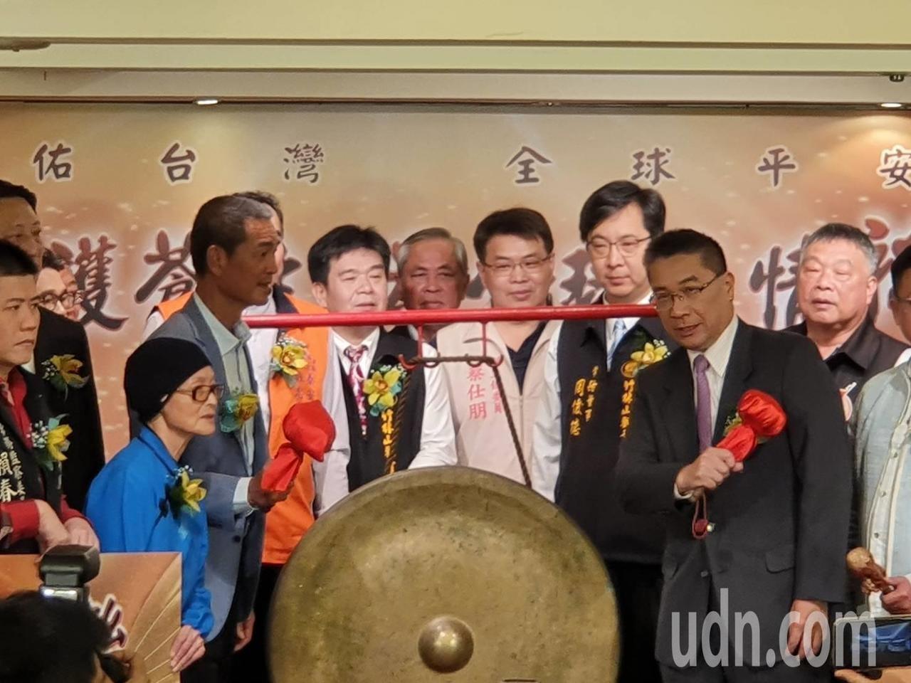 內政部長徐國勇(右二)下午參加百廟眾聖護蒼生為全球疫情祈福法會記者會。記者楊正海/攝影