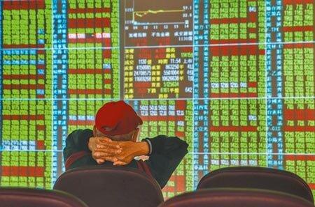 新冠肺炎衝擊全球經濟,美股創兩年來最糟表現道瓊指數崩跌1031點。25日台北股市開低走高,小漲。證券公司中投資人仔細觀看個股走勢。(王英豪攝)