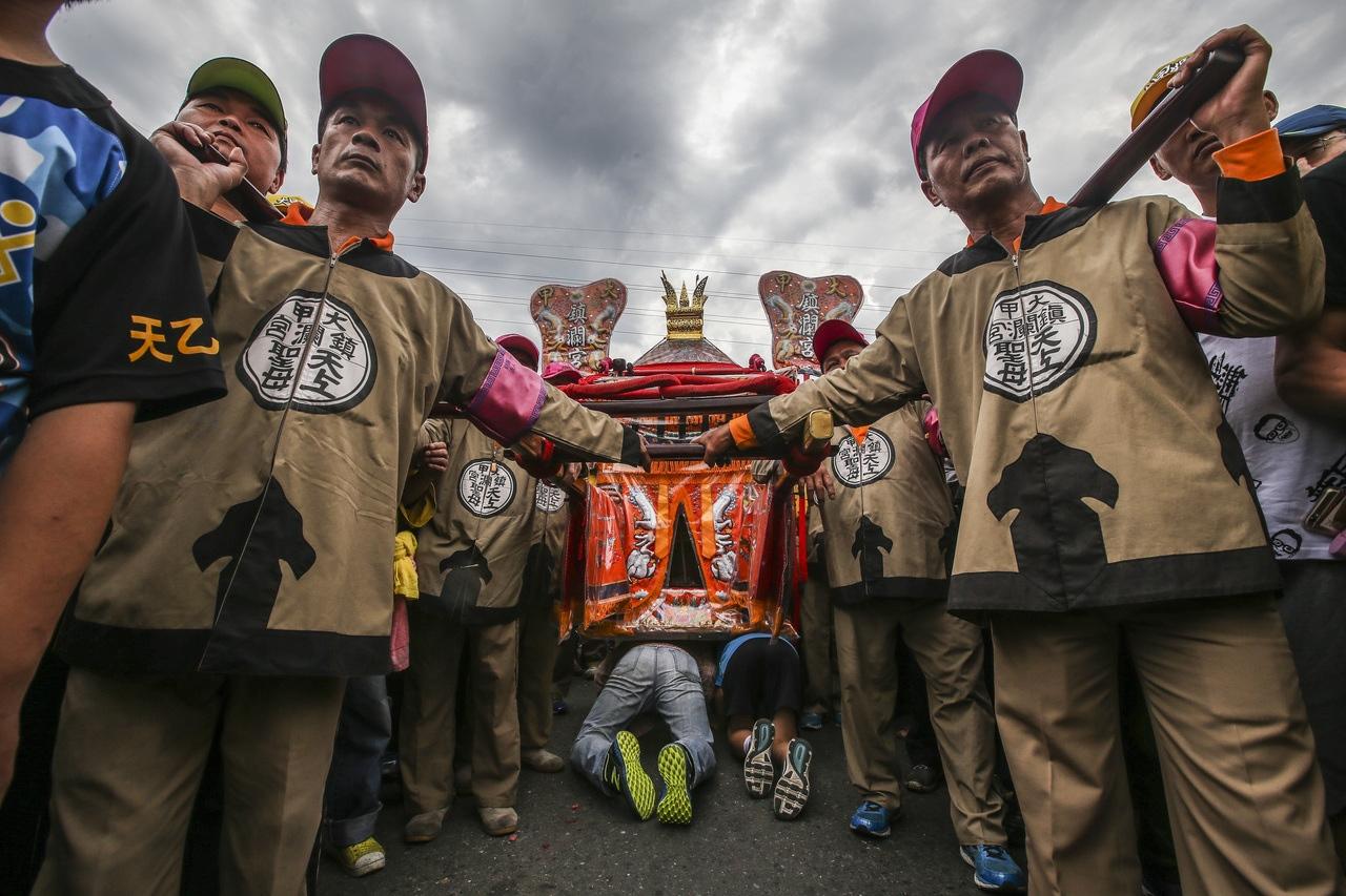 鎮瀾宮媽祖遶境進香活動跨越台中市、彰化縣、雲林縣與嘉義縣等,每年吸引百萬信徒參加,號稱商機數十億元,是台灣年度宗教盛事。圖/聯合報系資料照片