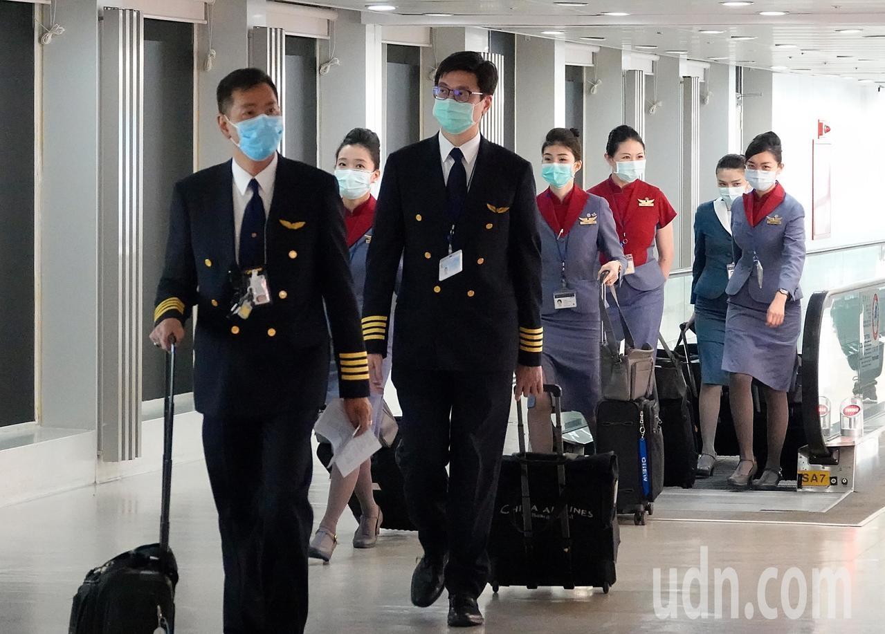 由於韓國旅遊警示提升至第三級,今日起所有自韓國入境的旅客都要填寫「入境健康聲明暨居家檢疫通知書」,並配合在家居家檢疫14天,下午第一架班機由韓國飛抵桃園機場,機上的機組員都戴上口罩。記者鄭超文/攝影