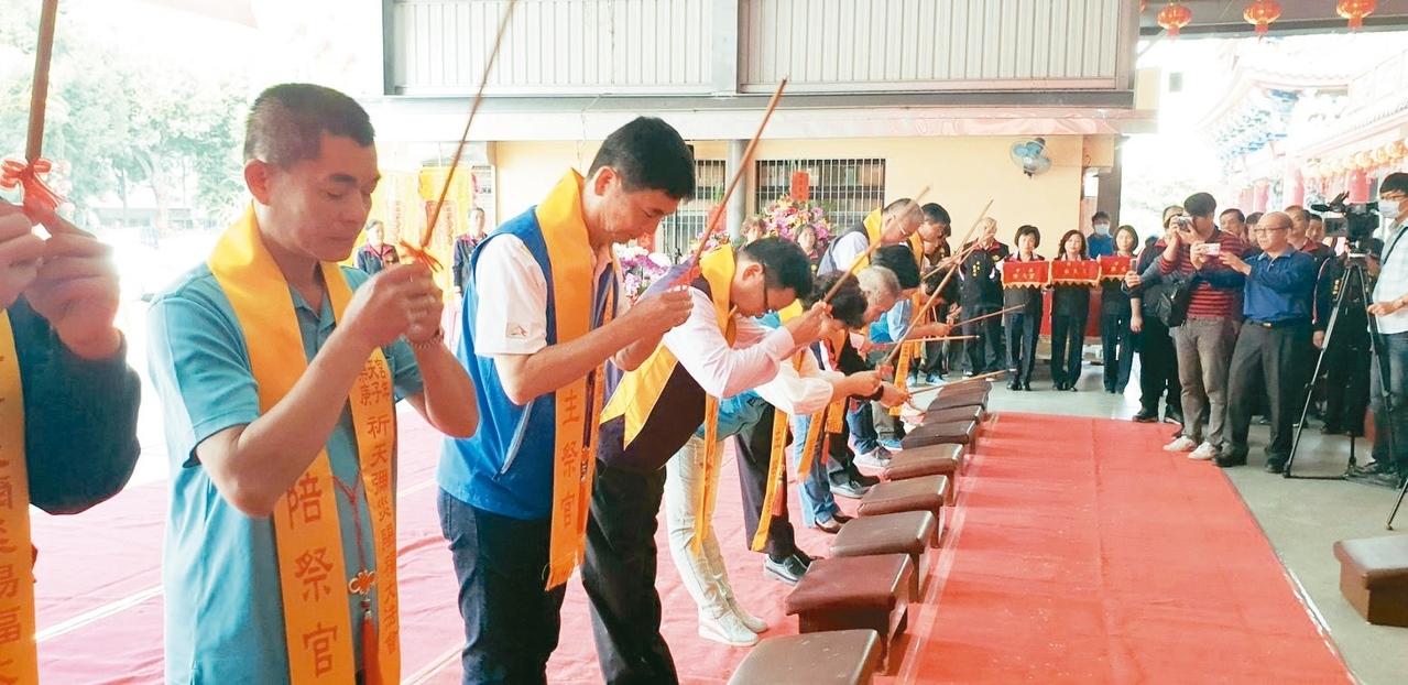 豐原樂天宮28日舉辦祈求彌災賜福法會,中部50間宮廟參加。 記者游振昇/攝影