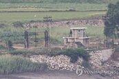 北韓陸續派軍隊至邊界非軍事區 5人一組手持鏟子和鐮刀