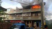 台南東山住宅大火 頂樓加蓋鐵皮屋延燒隔壁棟