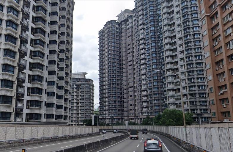 新店交流道旁大樓林立,網友笑稱如一秒到香港。圖/翻攝Google Maps