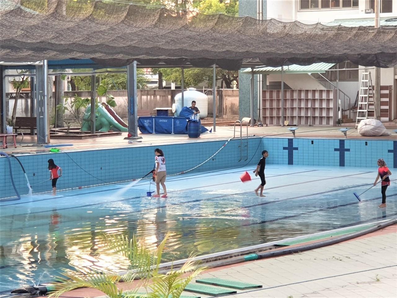 南投縣草屯鎮立游泳池加緊整頓清理,預計明天開放試營運,18日正式開幕。 記者賴香珊/攝影
