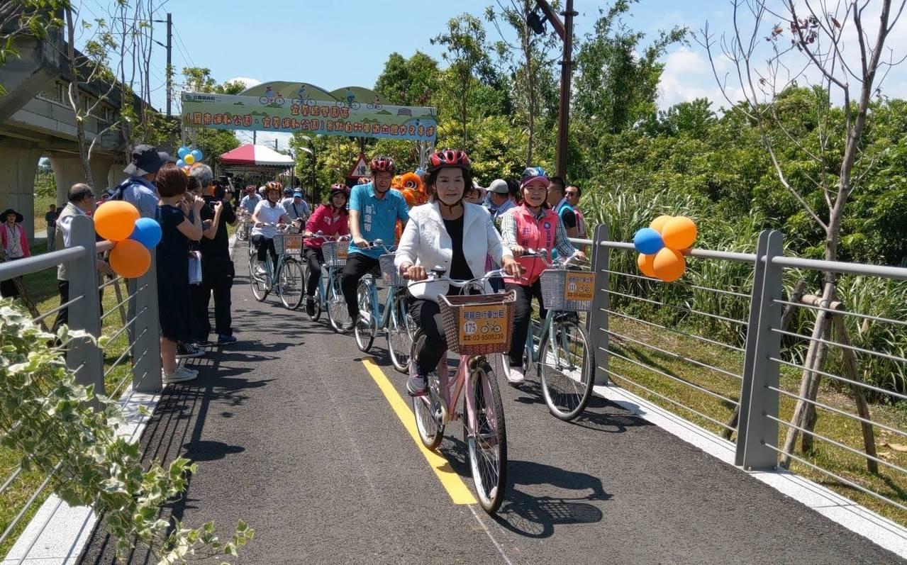 宜蘭打通兩大斷點,串連「雙園自行車道」,縣長林姿妙昨帶頭騎乘。記者戴永華/攝影