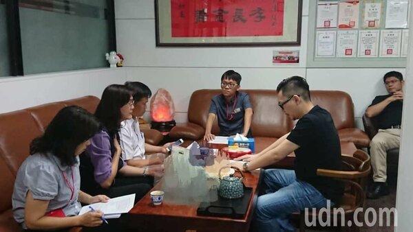 台中市議員張彥彤(右二)是前議長張宏年兒子,張家一家四口服用自費中藥鉛中毒,今衛生局公布檢驗藥材確含重金屬。圖/張彥彤提供