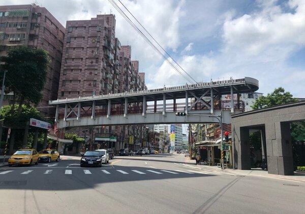 拆除中的新店大鵬陸橋。圖/新北市工務局提供