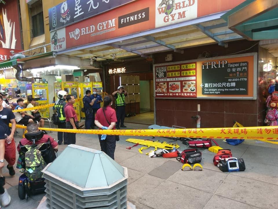 台北市西門町商圈的獅子林大樓,日前發生一起電梯工安意外,一名維修工人遭電梯夾住,傷重不治。圖/截自臉書社團《我是萬華人》