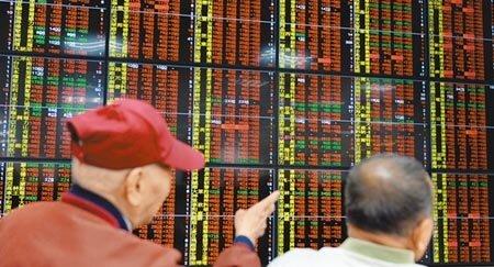 台北股市昨在股王大立光跳空上漲、站上4000元領軍下,台積電、聯發科等權值股走強,傳產、金融同步揚升,指數收在12913.5點,收盤續創歷史新高。(本報資料照片)