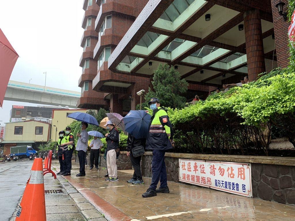 五股「龍形天廈」社區強占公有地,22日遭新北市府強勢收回。圖/新北市交通局提供