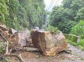暴雨來襲!10噸巨石掉落 中橫便道暫封