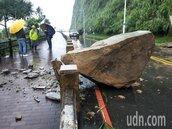 豪雨不停基隆外木山5噸大石崩至人行道 湖海路封閉搶修