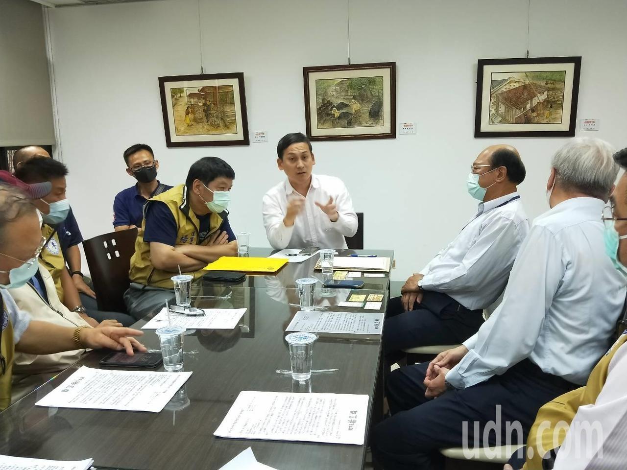 新北市議員葉元之(中)今找來環保局與業者舉行協調會。記者江婉儀/攝影