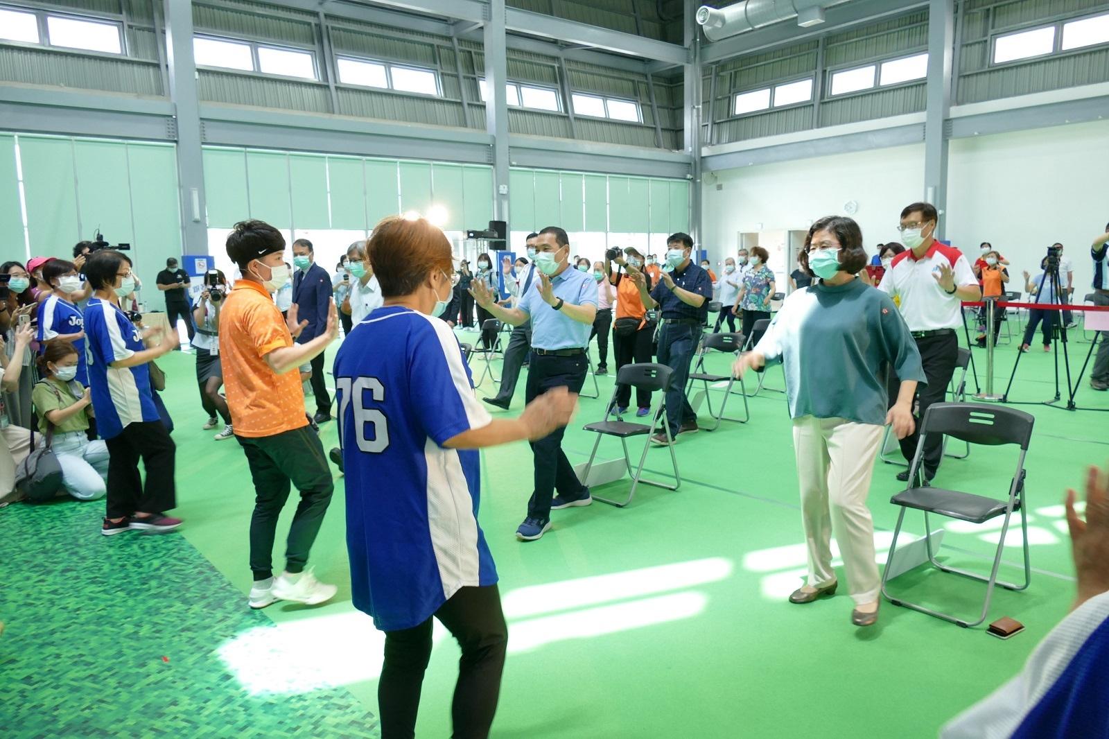 市長侯友宜在現場教練帶領下進行舒展運動。圖/新北市衛生局提供