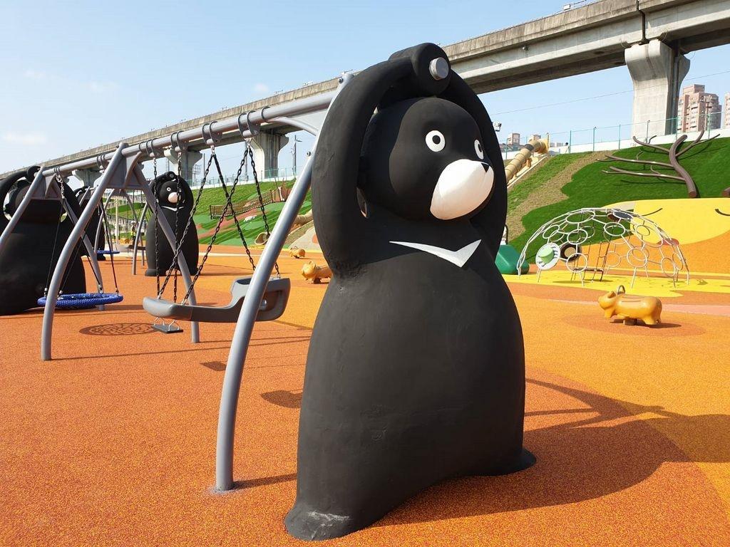 新北大都會「堤坡滑梯樂園」的台灣黑熊鞦韆。圖/新北市高灘地工程管理處提供