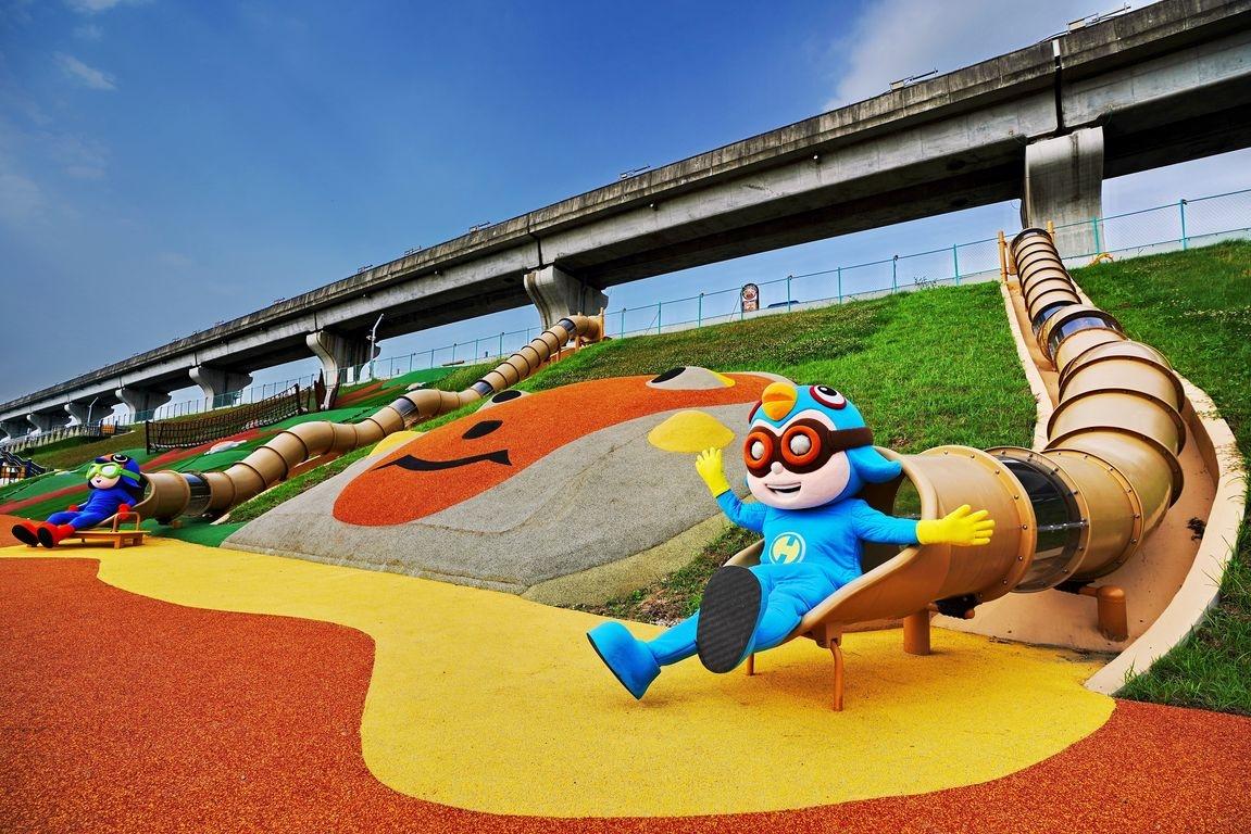 新北大都會「堤坡滑梯樂園」的台灣獼猴管狀溜滑梯。圖/新北市高灘地工程管理處提供