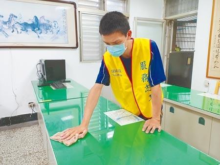 領有中度身心障礙證明的張先生因受到疫情衝擊而失業,透過「安心即時上工計畫」在龍潭派出所負責清潔工作。(胡健森攝)